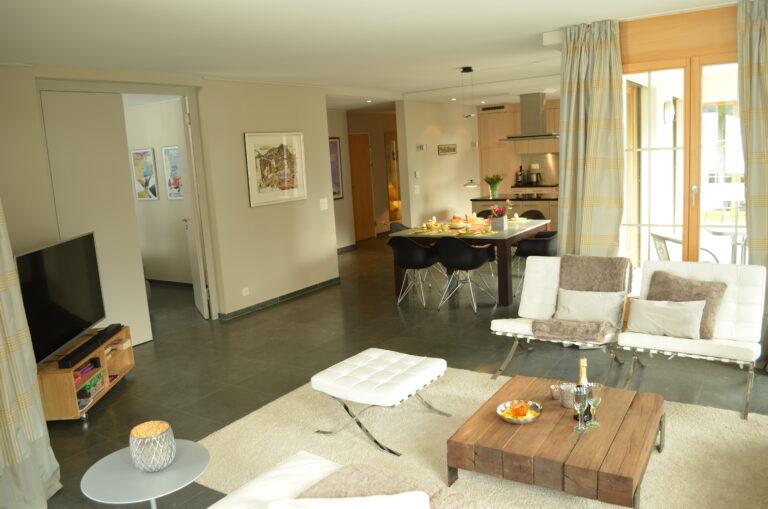 4 ½ Zimmer Ferienwohnung mit Südbalkon und Gartensitzplatz mit Spielwiese